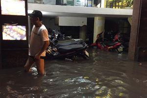 Hà Nội: Mưa lớn, phố phường biến thành sông, giao thông tê liệt