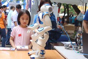 Trẻ em Hà Nội trải nghiệm điều khiển robot tại Ngày hội STEM 2018