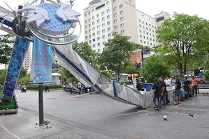 2 cổng chào phố đi bộ Nguyễn Huệ đổ sập đè trúng người đi đường