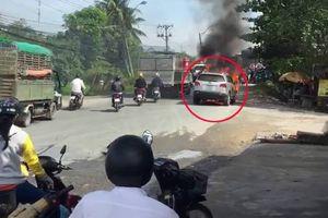 Ô tô đang chạy bất ngờ bốc cháy kèm tiếng nổ ở Vĩnh Long