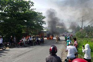 Clip ô tô 7 chỗ bốc cháy ngùn ngụt giữa đường và những tiếng nổ lớn