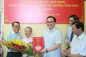 Bí thư Thành ủy Hà Nội trao Huy hiệu Đảng cho các đảng viên lão thành