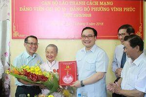 Bí thư Thành ủy Hoàng Trung Hải trao Huy hiệu 80 năm tuổi Đảng cho 2 đồng chí lão thành cách mạng 