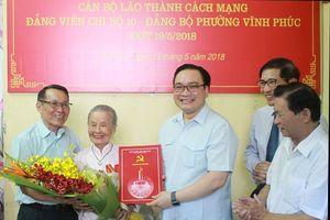 Bí thư Thành ủy trao Huy hiệu Đảng cho các đảng viên lão thành