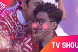 Kiều Minh Tuấn bất ngờ lên sân khấu 'hôn' bạn trai của khách mời