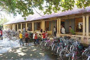 Trường mới xây nứt toác, hơn 400 học sinh 'sơ tán' về trường cũ