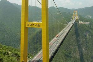 Du khách sẽ rùng mình khi đi trên những cây cầu này