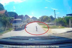 Xem clip: Tài xế thót tim khi phát hiện cháu bé bò lổm ngổm trên quốc lộ