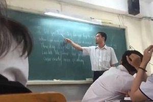 Thầy giáo dạy học sinh hát 'Chuyện tình Lan và Điệp' bằng tiếng Anh cực chất