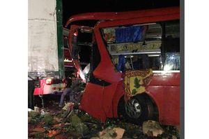 Xe khách húc vào đuôi xe tải, 12 người bị thương