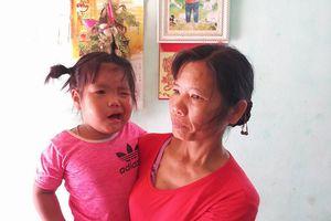 Thanh Hóa: Tạm đình chỉ công tác cô giáo vỗ vai cháu bé 3 tuổi