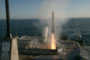 Tên lửa Longbow Hellfire rời bệ phóng tàu USS Milwaukee