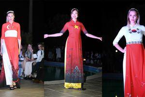 Dàn sao quốc tế dự show áo dài Việt tại Cannes
