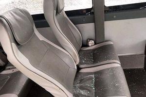 Bắt tạm giam nhóm thanh niên ném đá xe khách khiến nhiều người bị thương