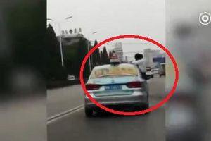 Clip: Cô gái ngồi làm bài tập trên nóc xe taxi khiến người xem thót tim