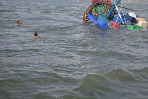 Tàu cá bị chìm trên biển, 4 thuyền viên được cứu nạn kịp thời