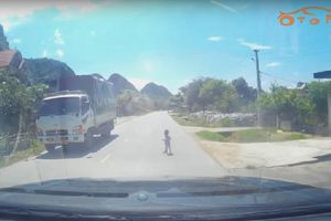 Tài xế hốt hoảng phát hiện em bé bò ra đường giữa trưa nắng