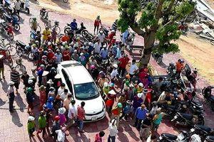 Đi mua lúa, 2 người bị dân vây đánh vì nghi bắt cóc