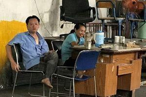 Bảo vệ nhà xe Trường ĐH Nguyễn Tất Thành hút thuốc lá trong khu vực cấm