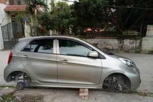 Sốc: Chủ xe ô tô KIA Morning tá hỏa khi bị kẻ gian trộm hai bánh xe