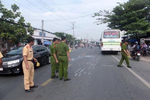 Tiền Giang: Va chạm với xe buýt cùng chiều, người phụ nữ bị xe buýt tông tử vong
