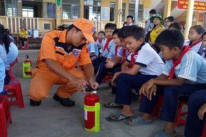 Hàng trăm học sinh hào hứng tham gia tập huấn phòng chống tai nạn và đuối nước
