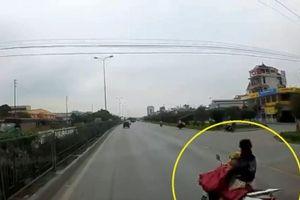 Clip: Vừa lái xe vừa cởi áo mưa, nữ tài xế suýt chết trước đầu ôtô