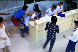 Rượt đánh bác sĩ vì chậm khám cho con