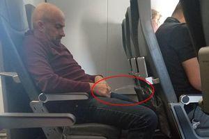 Hành khách bị bắt vì tấn công 2 phụ nữ và đi tiểu ngay trên ghế máy bay