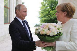 Biểu cảm bất ngờ của các nhà lãnh đạo thế giới khi được tặng hoa