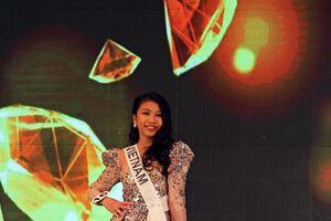 Cô gái 13 tuổi trở thành Hoa hậu Hoàn vũ đầu tiên của Việt Nam