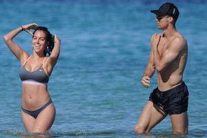 Cristiano Ronaldo và bạn gái Georgina ngọt ngào ở biển