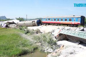 Tàu hỏa chở hơn 400 hành khách tông trúng xe tải, lật xuống ruộng