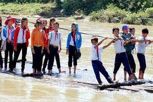 'Hà bá' rình rập hàng trăm học sinh phải kéo bè bơi sông đi học mỗi ngày