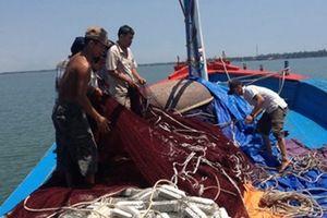 Trao 104 triệu đồng hỗ trợ cho 4 tàu cá bị nạn ở Hoàng Sa