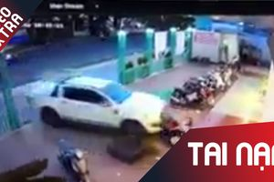 Nữ tài xế lái bán tải cán xe máy, tông sập cổng nhà sách