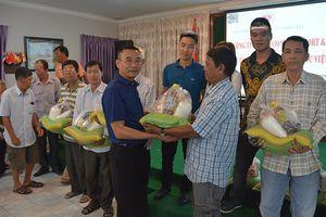 Tặng quà cho Việt kiều và người Campuchia nghèo ở thủ đô Phnom Penh