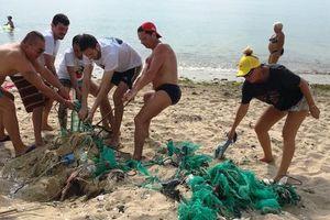 Du khách nước ngoài dọn rác biển Nha Trang vì 'không chịu nổi'