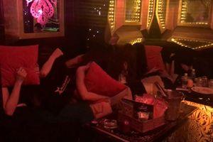Hàng chục cô gái chạy tán loạn khi công an kiểm tra nhà hàng Phoenix