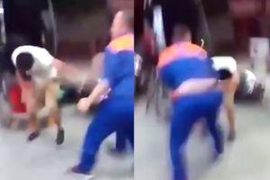 Clip nhân viên cây xăng ở Hà Nội đánh khách bầm dập vì không trả tiền