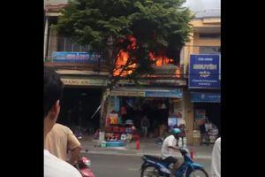 Clip cửa hàng bán đồ dùng học sinh bốc cháy dữ dội