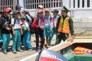 Ca nô biên phòng đưa học sinh đến trường