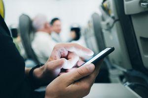 Bộ trưởng bị tước quyền chỉ vì một cú điện thoại trên máy bay