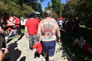CĐV xăm logo Liverpool kín lưng, sẵn sàng tiếp lửa cho thầy trò Klopp
