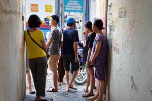 Hà Nội: Chập điện, lửa bốc cháy người dân tháo chạy toán loạn