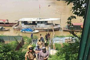 CSGT giải cứu người phụ nữ nhảy cầu tự tử ở Hà Nội
