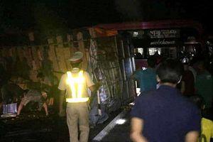 Xe khách chở 30 người đâm vào vách núi, nhiều hành khách bị thương