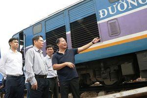 Bộ trưởng GTVT xuất hiện tại hiện trường tai nạn đường sắt