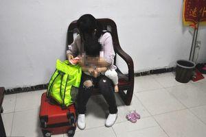 Phẫn nộ người mẹ nhẫn tâm bán con gái mới hơn 1 tuổi để lấy tiền mua mỹ phẩm