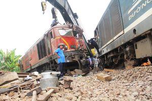 Hàng trăm người nỗ lực giải cứu tuyến đường sắt Bắc - Nam